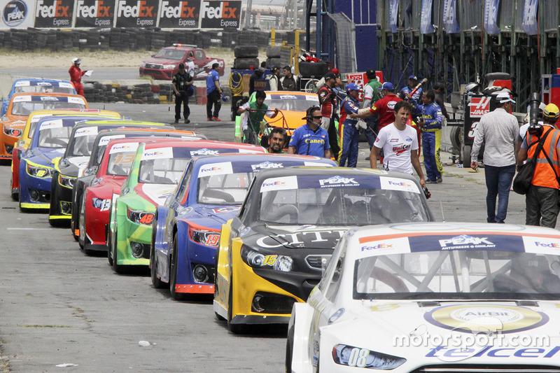 Autos formados en el pit lane