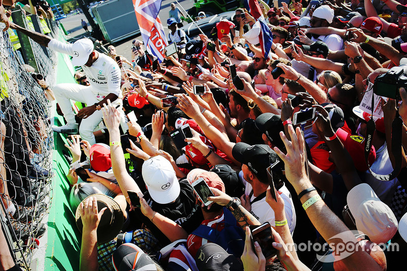 Race winner Lewis Hamilton, Mercedes AMG F1, second place Valtteri Bottas, Mercedes AMG F1 celebrate with the team