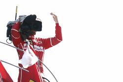 Tercero, Sebastian Vettel, Ferrari, se vuelve un camarógrafo