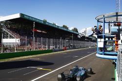 Lewis Hamilton, Mercedes AMG F1 W08, überquert die Ziellinie