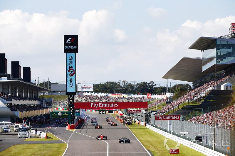 Lewis Hamilton, Mercedes AMG F1 W08, Sebastian Vettel, Ferrari SF70H, guida il gruppo nel giro di formazione