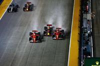 Столкновение на старте : Кими Райкконен, Ferrari SF70H, Макс Ферстаппен, Red Bull Racing RB13, и Себастьян Феттель, Ferrari SF70H