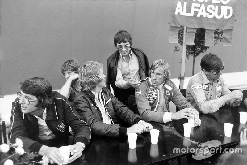 Peter Warr, manager del Lotus team, Ian Scheckter, Max Mosley, Bernie Ecclestone, James Hunt y Ken Tyrrell