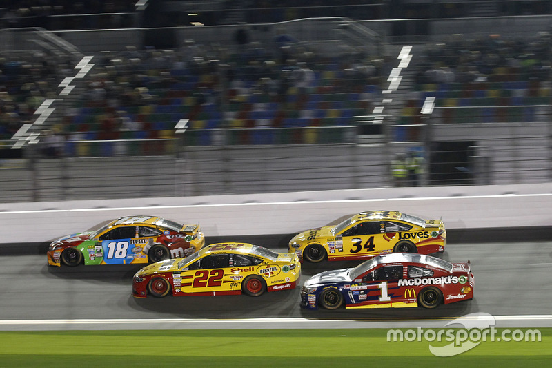 Kyle Busch, Joe Gibbs Racing, Toyota; Joey Logano, Team Penske, Ford; Jamie McMurray, Chip Ganassi Racing, Chevrolet
