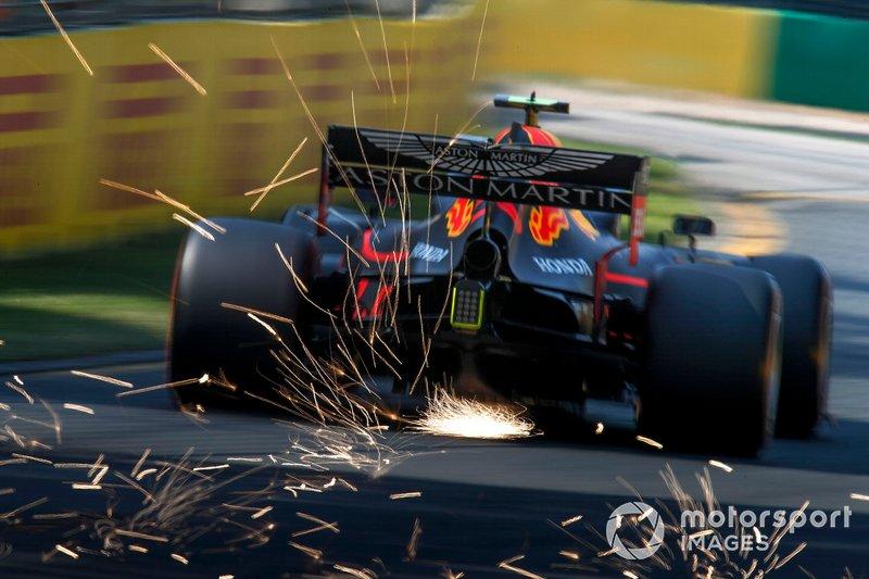 Pierre Gasly, Red Bull Racing RB15, saca chispas