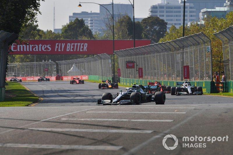 Valtteri Bottas, Mercedes AMG W10, precede Lewis Hamilton, Mercedes AMG F1 W10, Sebastian Vettel, Ferrari SF90, Max Verstappen, Red Bull Racing RB15, e Charles Leclerc, Ferrari SF90