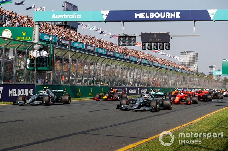 Valtteri Bottas, Mercedes AMG W10 y Lewis Hamilton, Mercedes AMG F1 W10 en la salida