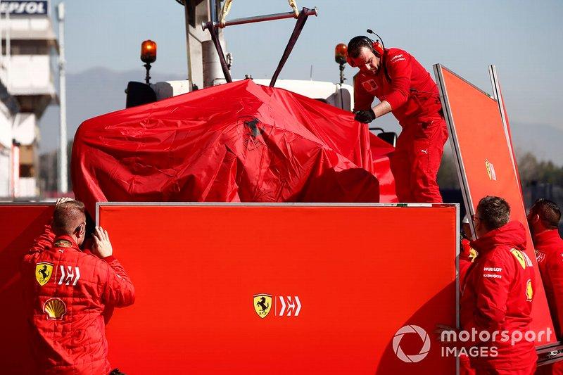 La monoposto di Sebastian Vettel, Ferrari SF90 viene riportata nel garage coperta da un telo