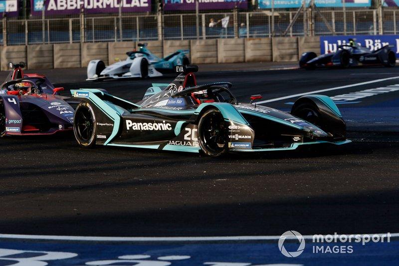 Mitch Evans, Panasonic Jaguar Racing, Jaguar I-Type 3 in modalità d'attacco precede Robin Frijns, Envision Virgin Racing, Audi e-tron FE05