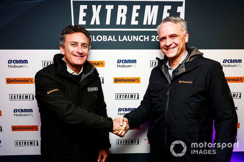 Alejandro Agag, PDG de la Formule E, serre la main d'un représentant de Continental Tyres