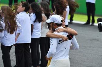Lewis Hamilton, Mercedes AMG F1, in griglia di partenza con Anitta, cantante