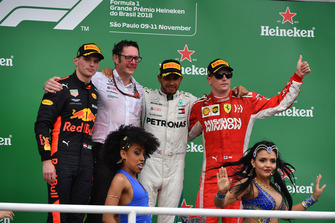 (L naar R): Max Verstappen, Red Bull Racing, Andy Shovlin, Mercedes-AMG F1 Chief Engineer, Lewis Hamilton, Mercedes AMG F1 en Kimi Raikkonen, Ferrari op het podium
