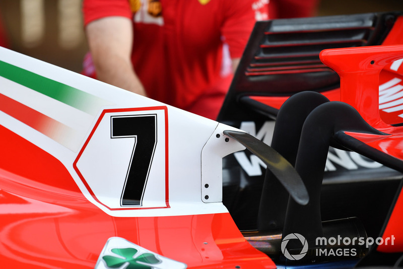 Це не нова концепція, але варто відзначити арочне T-крильце Ferrari, яке кріпиться прямо до капоту двигуна.