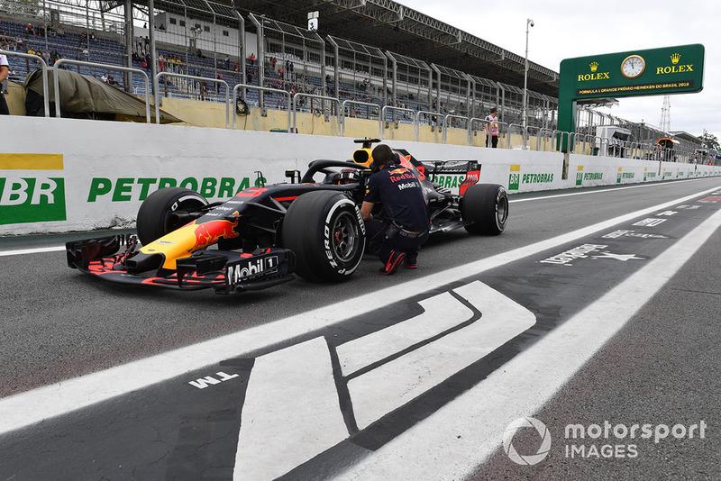 Daniel Ricciardo, Red Bull Racing RB14 à l'arrêt dans la voie des stands
