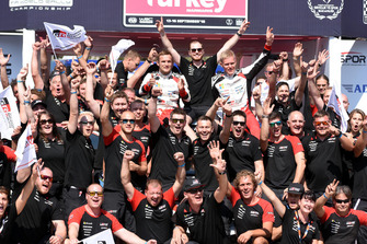 Ganadores Ott Tänak, Martin Järveoja, Toyota Gazoo Racing celebrate with the team