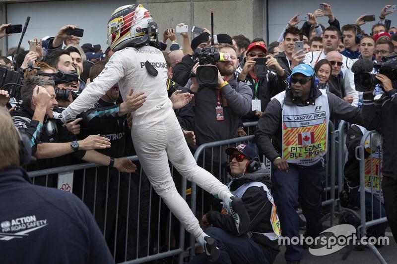 Sieger Lewis Hamilton, Mercedes AMG F1 feiert seinen Sieg im Parc Ferme