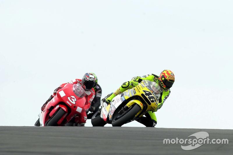 "<img src=""http://cdn-1.motorsport.com/static/custom/car-thumbs/MOTOGP_2017/RIDERS_NUMBERS/Rossi.png"" width=""55"" /> #7 GP de Grande-Bretagne 2001"