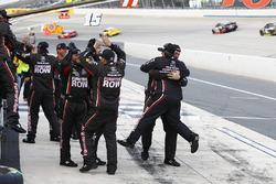 Miembros del equipo de Martin Truex Jr., Furniture Row Racing Toyota celebran