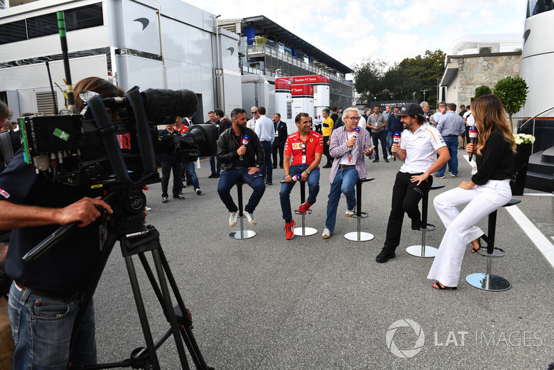 Fernando Alonso, McLaren parle avec Federica Masolin, Sky Italia, Davide Valsecchi, Sky Italia, Marc Gene, Ferrari et Jacques Villeneuve, Sky Italia