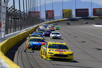 Joey Logano, Team Penske, Ford Fusion Shell Pennzoil, Kyle Busch, Joe Gibbs Racing, Toyota Camry M&M's