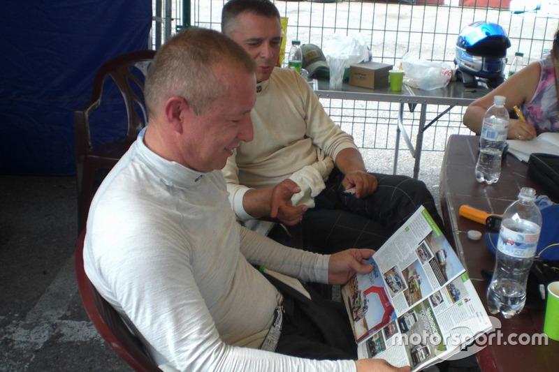 Ігор Скуз і Андрій Товба читають статтю про перший етап в Автоцентрі