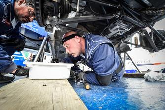 Meccanici Peugeot Sport Italia al lavoro