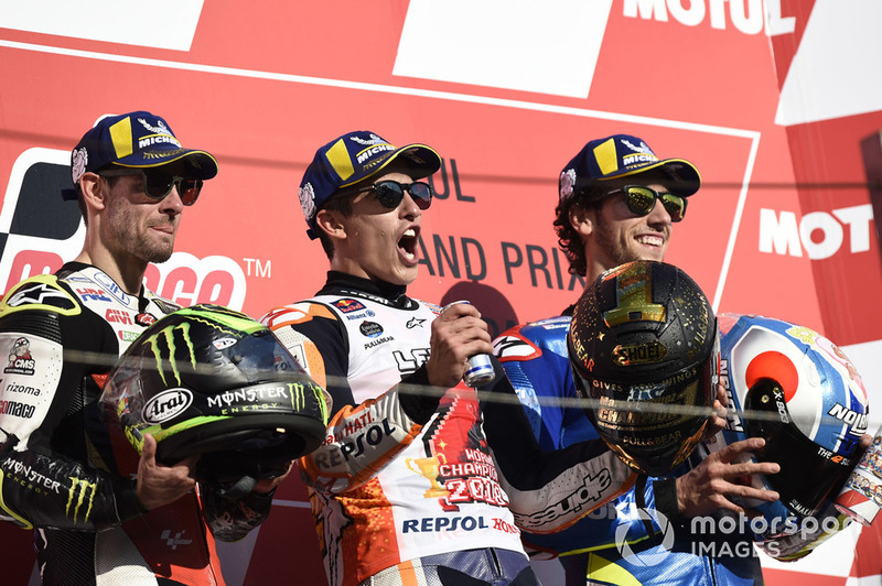 Подіум: друге місце Кел Кратчлоу, Team LCR Honda, переможець гонки Марк Маркес, Repsol Honda Team, третє місце Алекс Рінс, Team Suzuki MotoGP