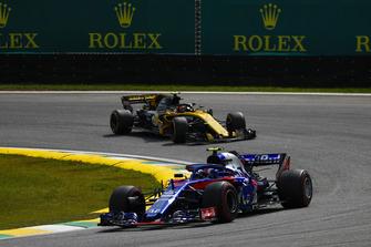 Pierre Gasly, Scuderia Toro Rosso STR13, leads Carlos Sainz Jr., Renault Sport F1 Team R.S. 18