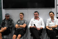 Fernando Alonso, McLaren, Stoffel Vandoorne, McLaren, Eric Boullier, McLaren Yarış Direktörü ve Yusuke Hasegawa, Honda Motorsport Başkanı