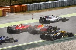 Felipe Massa, Williams FW40, Kimi Raikkonen, Ferrari SF70H, Max Verstappen, Red Bull Racing RB13, Jolyon Palmer, Renault Sport F1 Team RS17, at the start of the race