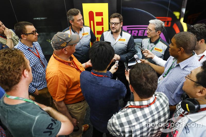 Pirelli-Sprecher mit der Presse
