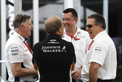 Mike O'Driscoll, Williams, Bob Fernley, directeur adjoint, Force India, Eric Boullier, directeur de la compétition, McLaren et Zak Brown,directeur exécutif du McLaren Technology Group, plaisantent dans le paddock