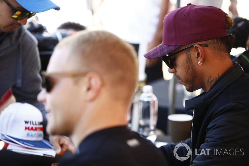 Valtteri Bottas, Mercedes AMG F1, Lewis Hamilton, Mercedes AMG F1, geben Autogramme