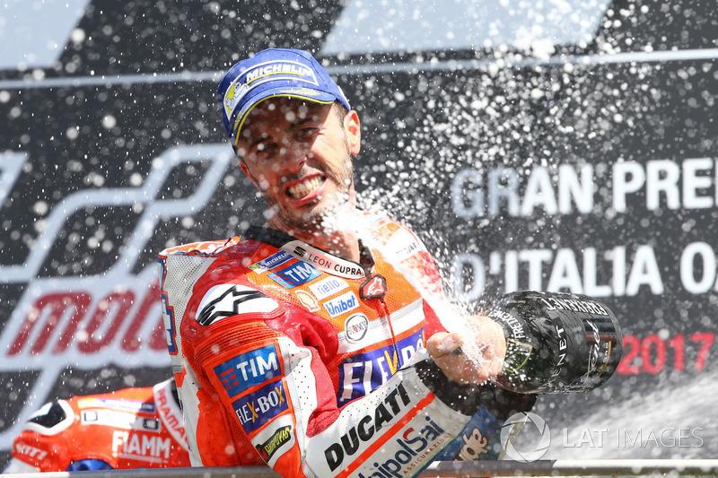 Подиум: победитель гонки Андреа Довициозо, Ducati Team