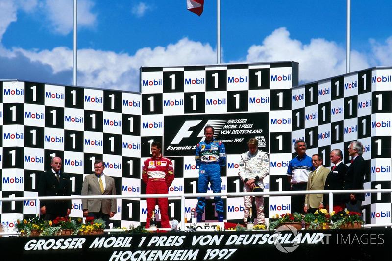 Podyum: Yarış galibi Gerhard Berger, Benetton Renault, 2. Michael Schumacher, Ferrari, 3. Mika Hakkinen, McLaren