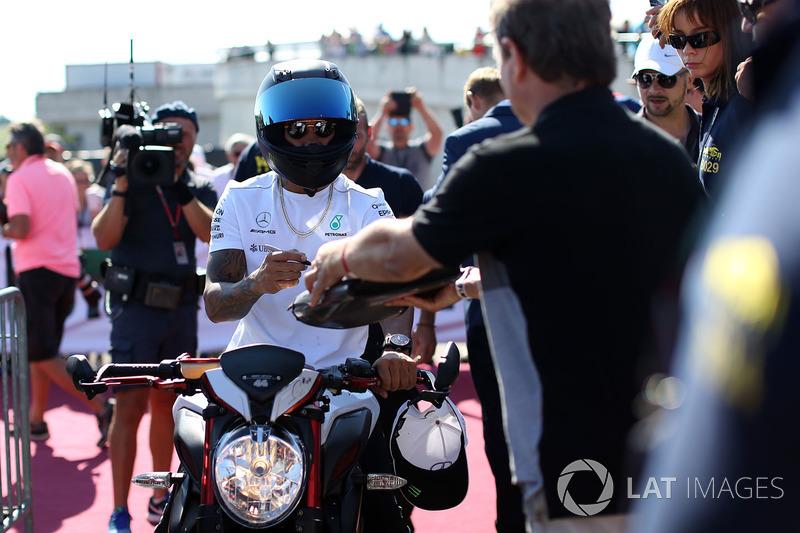 Lewis Hamilton, Mercedes AMG F1 llega en su MV Agusta Dragster RR LH44 Edición Limitada