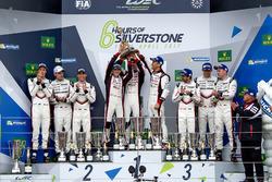 Podium: ganadores #8 Toyota Gazoo Racing Toyota TS050 Hybrid: Anthony Davidson, Sébastien Buemi, Kaz