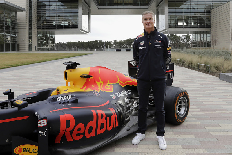David Coulthard, Red Bull RB7 bij het hoofdkantoor van ExxonMobil