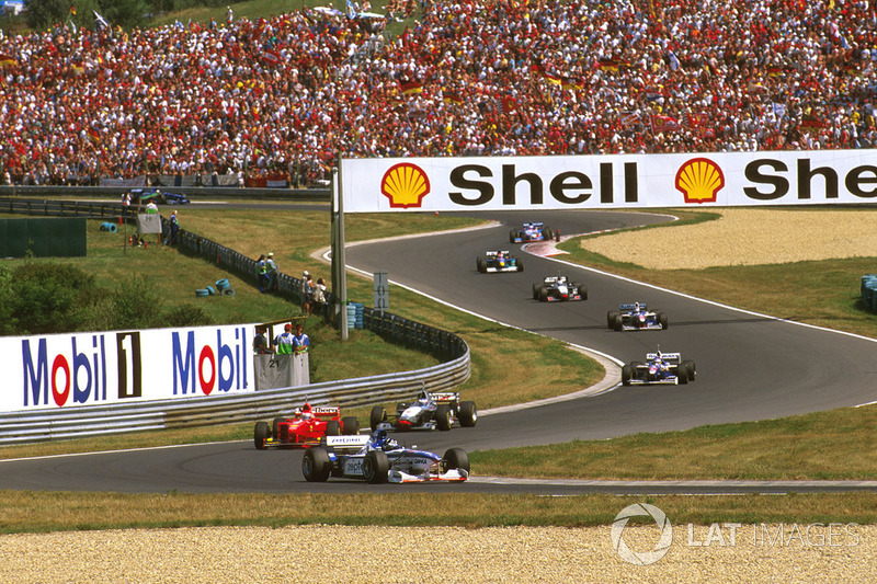 Деймон Хілл (Arrows A18 Yamaha), Едді Ірвайн (Ferrari F310B) і Міка Хаккінен (McLaren MP4/12 Mercede