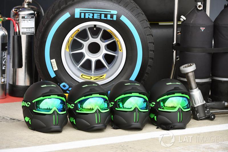 Шоломи механіків Mercedes AMG F1