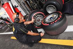 Pirelli-Ingenieur mit Pirelli-Reifen