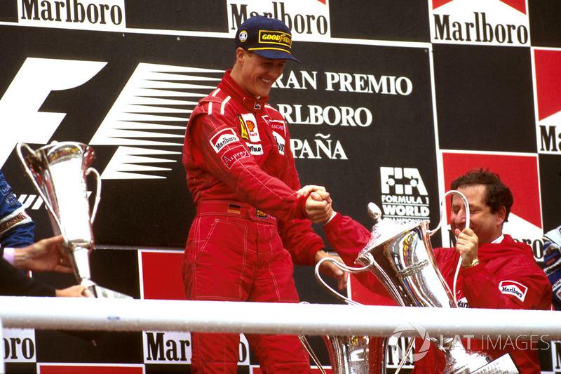 Il vincitore della gara Michael Schumacher, Ferrari festeggia sul podio con il boss del team Jean Todt