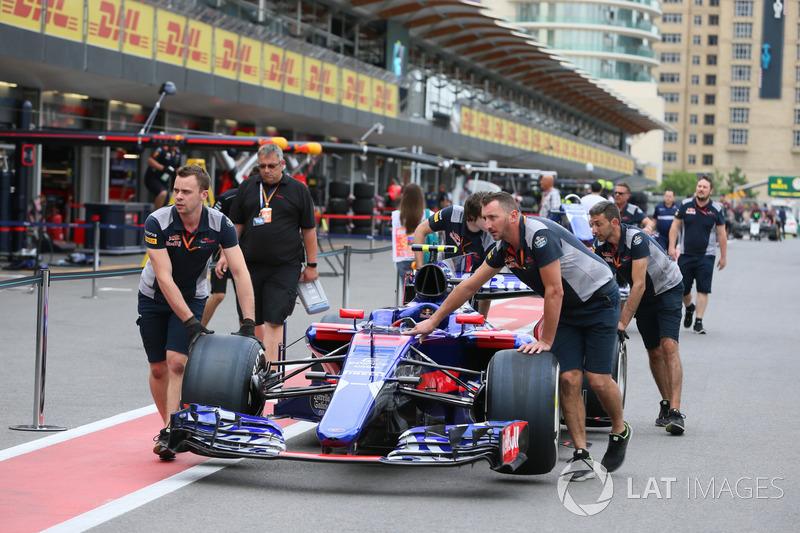 Механіки Scuderia Toro Rosso штовхають Scuderia Toro Rosso STR12