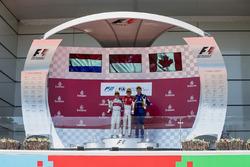Подіум: Переможець Шарль Леклер (PREMA Powerteam), другий призер Нік де Вріс (Rapax) і третій призер Ніколя Латіфі (DAMS)