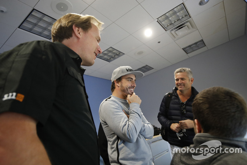 Fernando Alonso in the Honda Performance Development simulator with Engineer Eric Bretzman and Gil de Ferran
