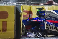 De gecrashte auto van Daniil Kvyat Scuderia Toro Rosso STR12