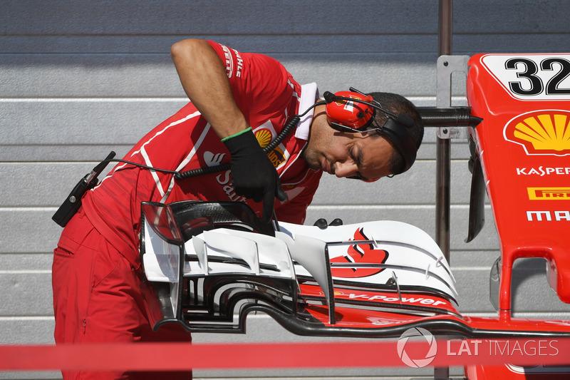 Механік Ferrari, та деталь крила боліда Шарля Леклера, Ferrari SF17-JB