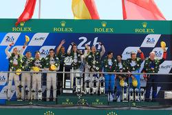 Подіум: переможці Тімо Бернхард, Ерл Бембер, Брендон Хартлі, Porsche Team, друге місце -  Хопін Тун, Олівер Джарвіс, Тома Лоран, DC Racing, третє місце - Матіас Беш Давід Хейнемаєр Ханссон, Нельсон Піке-мол., Vaillante Rebellion Racing