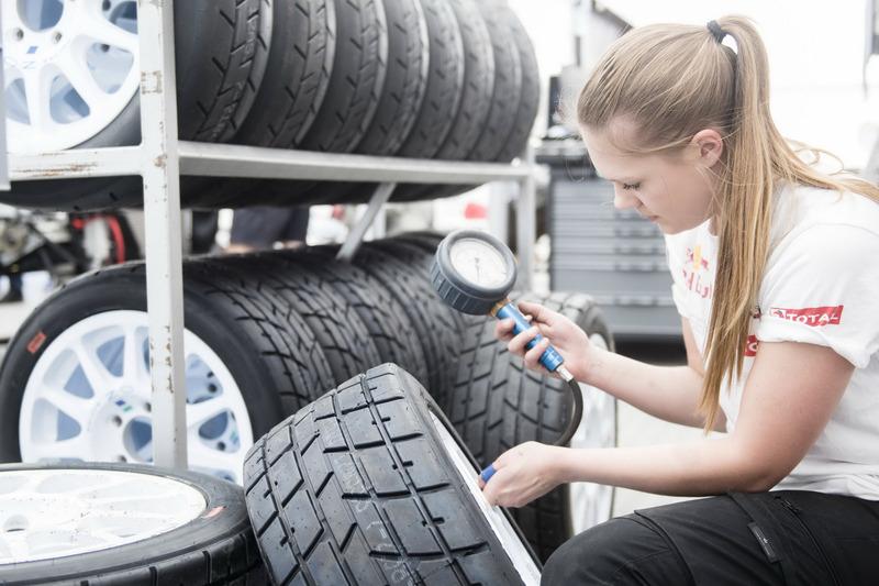 Mechanikerin vom Team Peugeot-Hansen prüft den Reifendruck