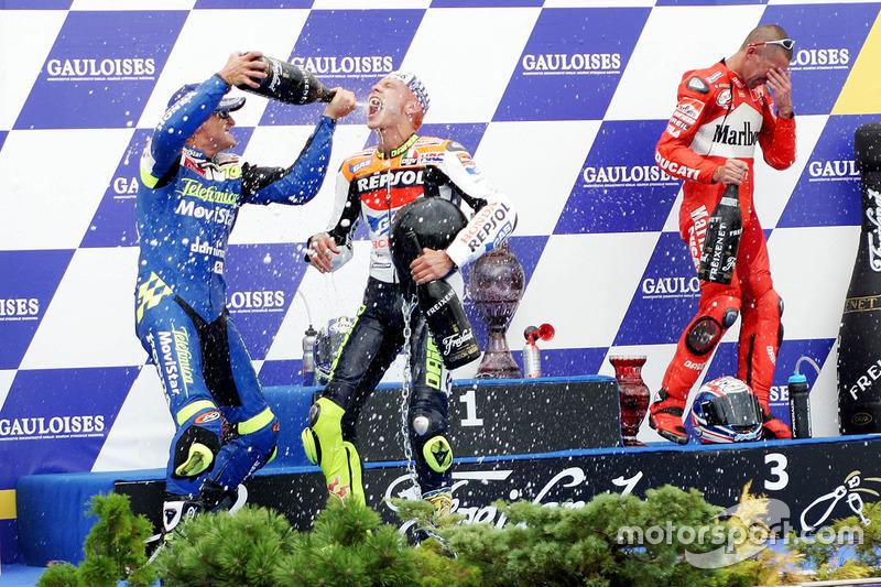 Podio: ganador de la carrera Valentino Rossi, segundo lugar Sete Gibernau, Honda, tercer lugar Troy Bayliss, Ducati